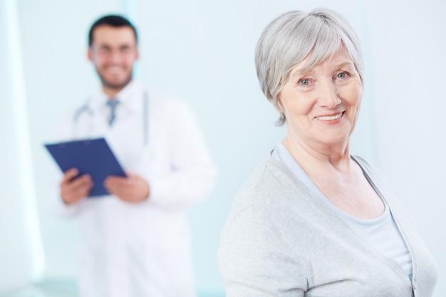 Vacinação do idoso, senhora sorridente em um consultório médico